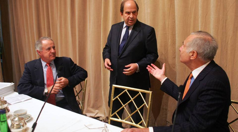 A photo from February 2006, where activist investor Carl Icahn, right, was pictured with former Viacom and Universal Studios CEO Frank Biondi, left. At the time, Icahn sought to overthrow Time Warner's board, break up the media conglomerate into four companies, and have Biondi take over as Time Warner chief executive.