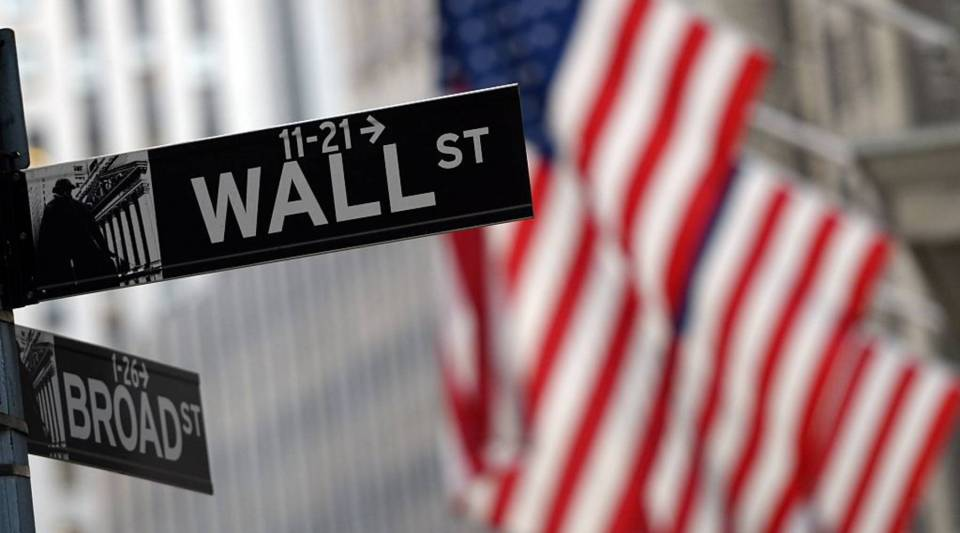 Presidential candidates like Hillary Clinton and Jeb Bush have come under fire for how much money they get from Wall Street donations, but does it make that big of a difference?