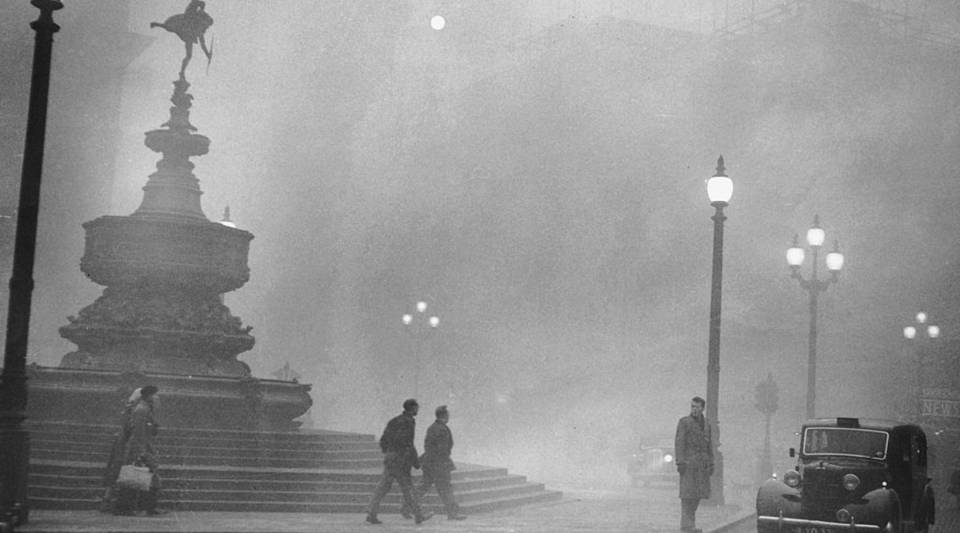 Heavy smog in Piccadilly Circus, London, 6th December 1952.