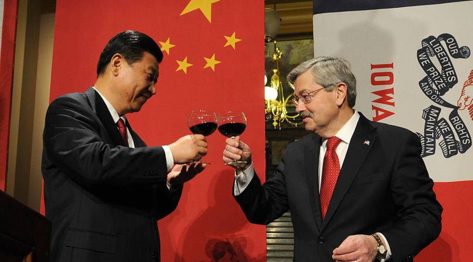 President Xi Jinping of the People's Republic of China and Iowa Gov. Terry Branstad raise their glasses in a toast at a State Dinner at the state Capitol in February 15, 2012 in Des Moines, Iowa.