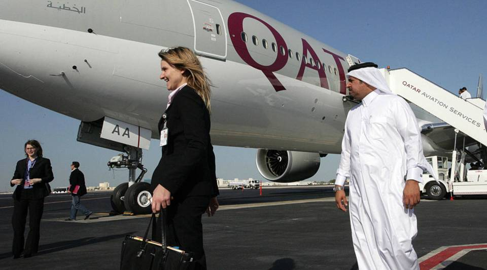 Qatar Airways will lend laptops to business customers.