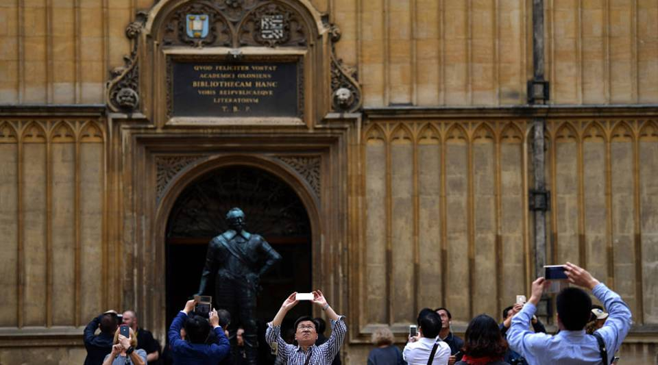 Tourists visit the Bodleian Library on September 2016 in Oxford, England.