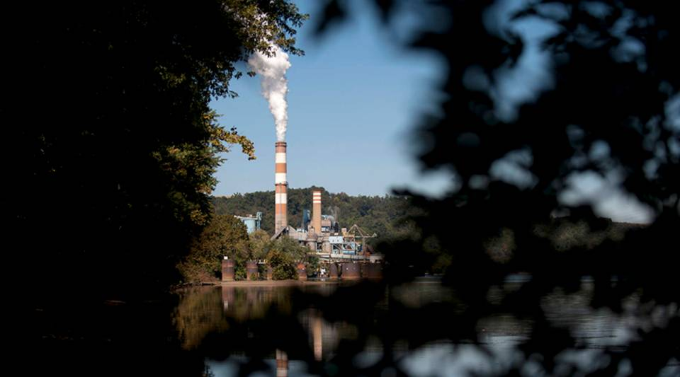 A plume of exhaust extends from the Mitchell Power Station, a coal-fired power plant built along the Monongahela River, in New Eagle, Pennsylvania in 2013.