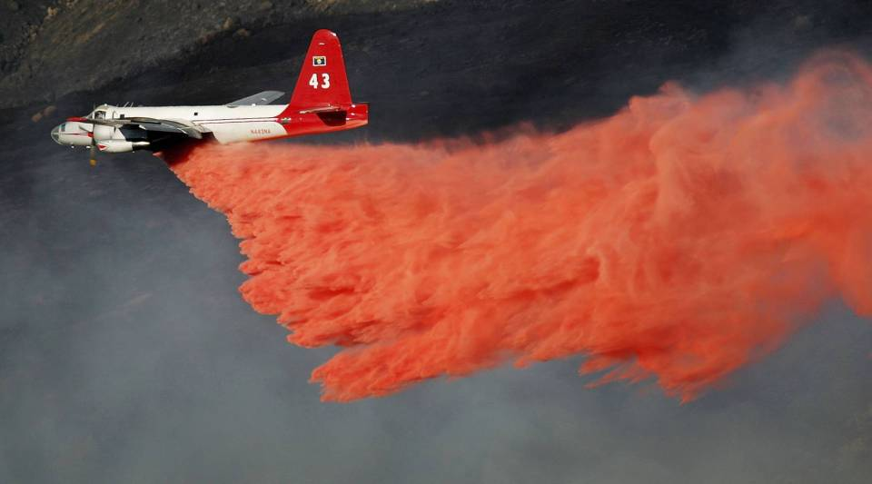 A fire-fighting air tanker drops fire retardant on the deadly 40,000-acre Esperanza Fire in the San Jacinto Mountains on Oct.28, 2006 west of Palm Springs near Banning, California.
