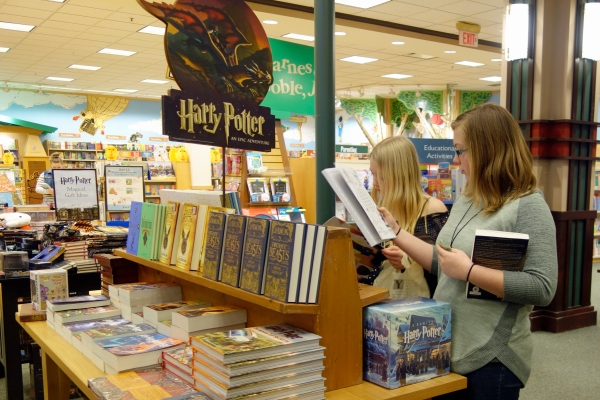 Barnes Noble Shifts To Books And Mortar To Compete