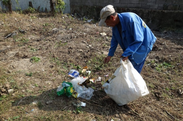 Street cleaners have told Marketplace that they've noticed more littering after the waste sorting rules have come into force. Credit: Charles Zhang/Marketplace