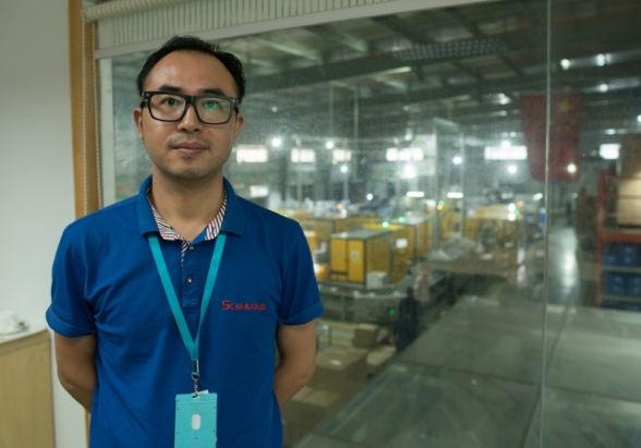 Marketing director Fleix Du of Shuoke factory is proud of the firm's highly automated production lines. (Shanghai 808 Studio)