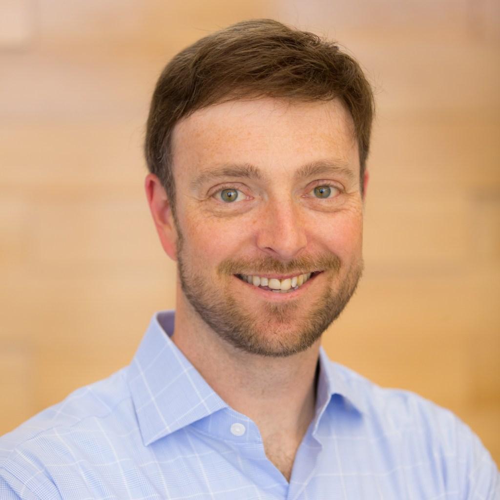 Une photo d'Alex Chriss, le vice-président exécutif du Small Business Group chez Intuit.