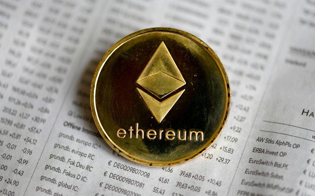Foto tersebut menunjukkan tiruan fisik cryptocurrency Ethereum di Dortmund, Jerman barat, pada 27 Januari 2020.