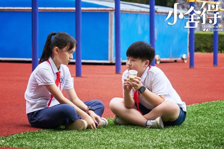 La alumna de quinto grado Huan Huan (izquierda) en la serie de televisión 'A Love for Dilemma' nunca ha tomado lecciones externas y descubre que obtener un 70% en una prueba la coloca en la parte inferior de su clase, mientras que Ziyou (derecha) se ubica entre el top 10 con la ayuda de múltiples cursos extracurriculares.  (Un amor por el dilema)