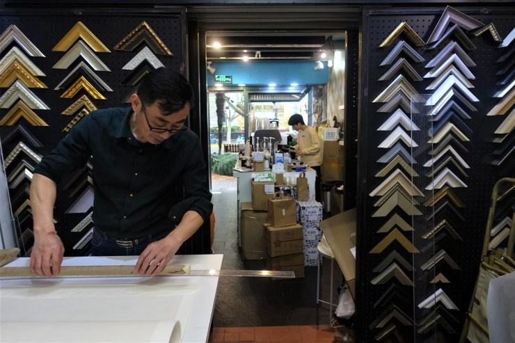 Un magasin d'encadrement à Shanghai a loué la moitié avant de son magasin à Nameless Coffee pendant la pandémie pour partager le fardeau du loyer (Charles Zhang/Marketplace)