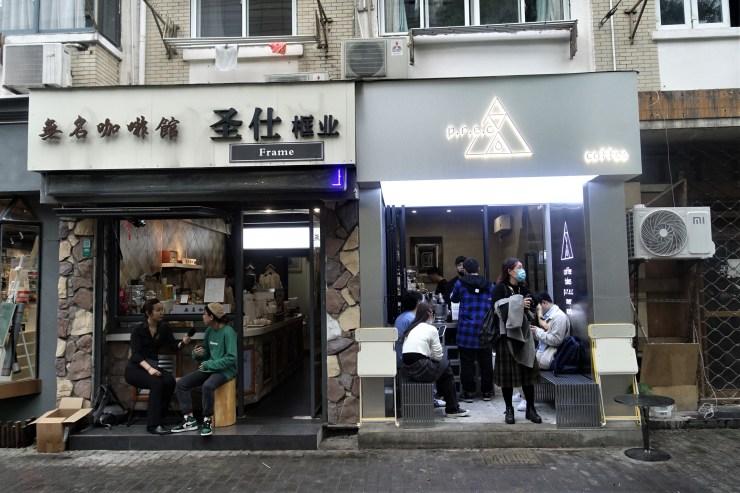 Il y a au moins une demi-douzaine d'autres cafés dans un rayon d'un kilomètre et demi du café sans nom de Shanghai (à gauche), dont un à sa droite (Charles Zhang/Marketplace)