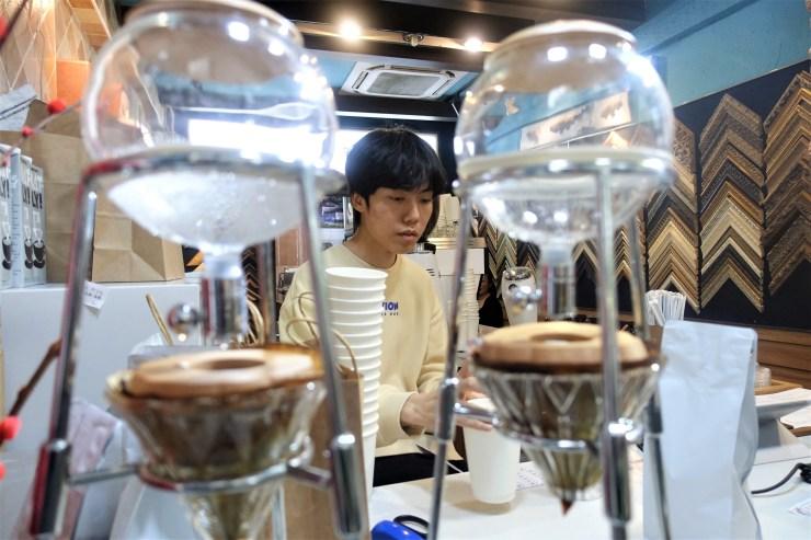 Le barista de Nameless Coffee Liu Yi vu avec des machines à café à glace, qui mettent de six à huit heures pour produire une tasse (Charles Zhang/Marketplace)