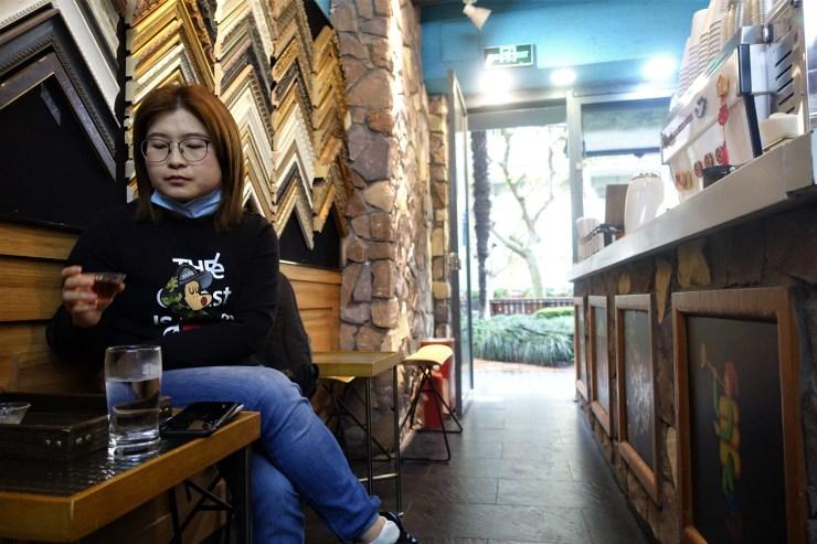 Xiong Luying a déclaré que la culture du café n'était pas aussi développée dans la ville de Wuhan, où elle travaille, alors elle cherche des cafés-boutiques chaque fois qu'elle visite Shanghai (Charles Zhang/Marketplace)