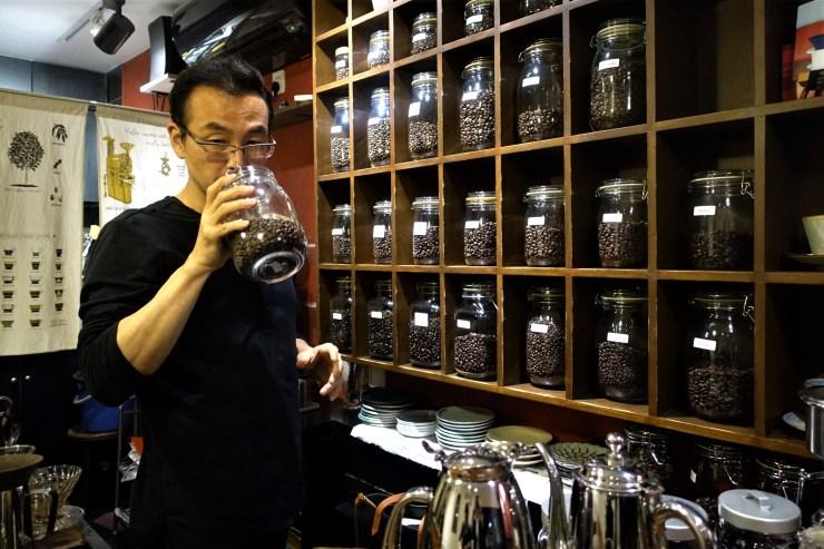 Keiichi Nakayama torréfie son propre café et garde 40 variétés à portée de main chez Rumors Coffee au choix des clients (Charles Zhang/Marketplace)