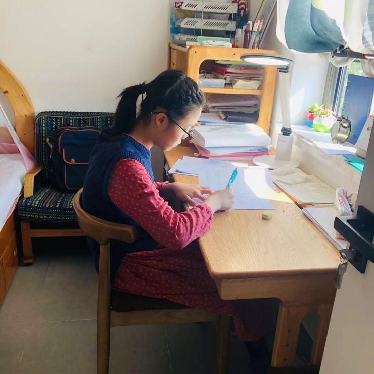 La hija mayor de Wan Changru estudia mucho por su cuenta, mientras que muchos de sus compañeros de clase optan por tutores externos.  (Cortesía de Wan Changru)