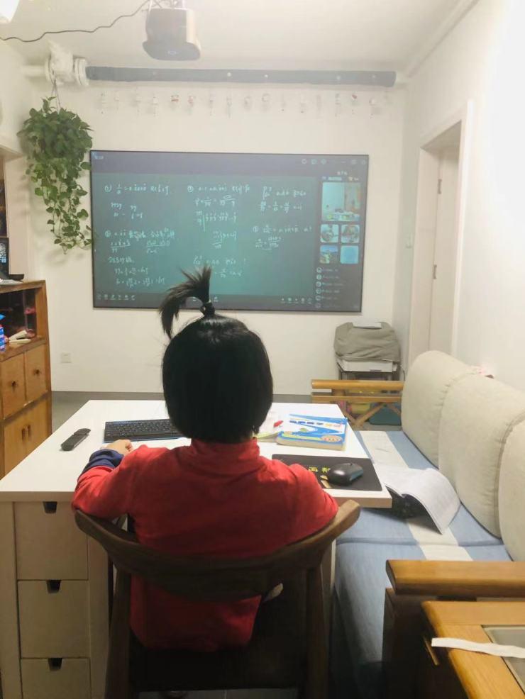 El hijo más pequeño de Wan Changru en casa tomando un curso en línea de la Olimpiada Internacional de Matemáticas, que es una lección extracurricular popular en China.  (Cortesía de Wan Changru)