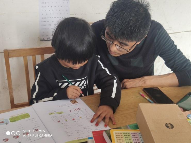 La hija de 5 años de Wang Wenjing recibe una hora de tutoría de matemáticas de su padre todos los días.  El material que aprende está por delante de lo que se necesita en el jardín de infancia.  (Cortesía de Wang Wenjing)
