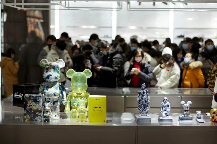 I giovani consumatori cinesi si mettono in fila per dare un'occhiata ai lanci di nuovi prodotti al TX Huaihai di Shanghai.  Il centro commerciale è pieno di prodotti difficili da trovare in Cina.  (Per gentile concessione di TX Huaihai)