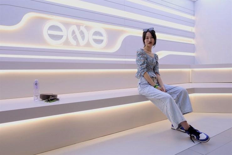 An Xin ora indossa un paio di scarpe da ginnastica Nike, ma ha detto che non sosterrà il marchio dopo che la società ha annunciato che non avrebbe acquistato cotone dallo Xinjiang, dove si teme il lavoro forzato.  Il governo e i consumatori cinesi hanno contestato queste affermazioni.  (Charles Zhang/Mercato)